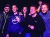 """Die Gewinnerband """"Apollo Circus"""" aus Emden bei der Preisverleihung des plattdeutschen Bandcontests Plattsounds 2018 im Zollhaus in Leer. Die Aufnahmen dürfen im Rahmen der Berichterstattung von Plattsounds 2018 honorarfrei verwendet werden."""