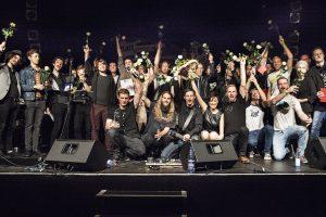 Die Künstler auf der Bühne; ganz links: Prohn & Spott. Credit: LEN